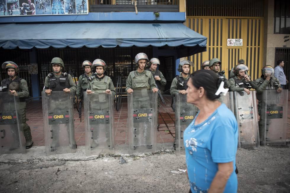 Agentes de las Guardia Nacional Bolivariana protegen un comercio en Táchira.