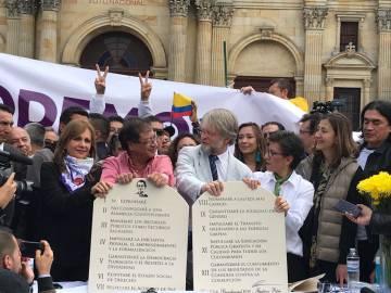 Ángela Robledo, Gustavo Petro, Antanas Mockus y Claudia López sostienen las tablas con sus 12 compromisos.