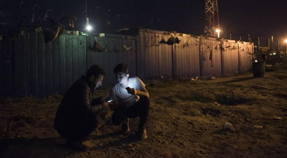 Unos refugiados sirios en Subotica (Serbia), cerca de la frontera húngara, en 2017.