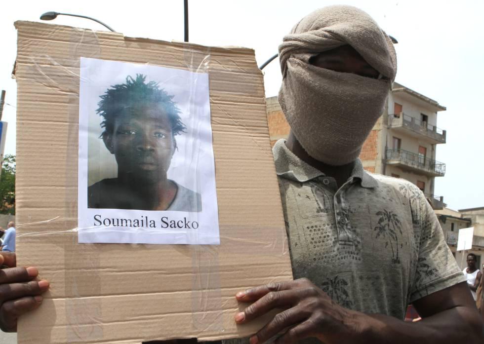 Un compañero de Sacko Soumayla muestra su foto.