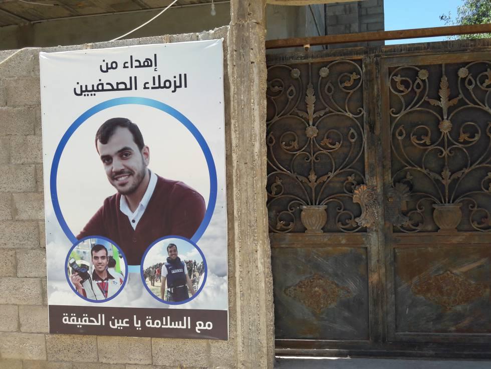 Cartel de homenaje de sus compañeros periodistas en la puerta de su casa en Gaza.