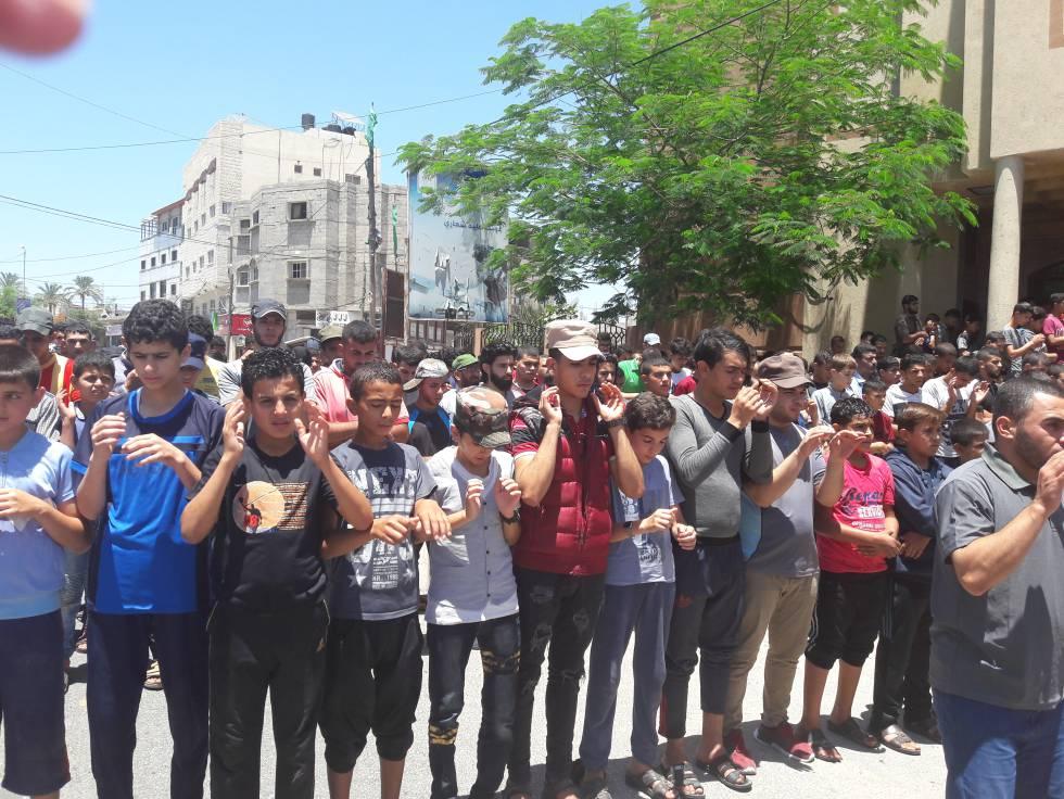 Estudiantes de Rafah asisten al funeral por su compañero muerto el viernes tras un disparo israelí