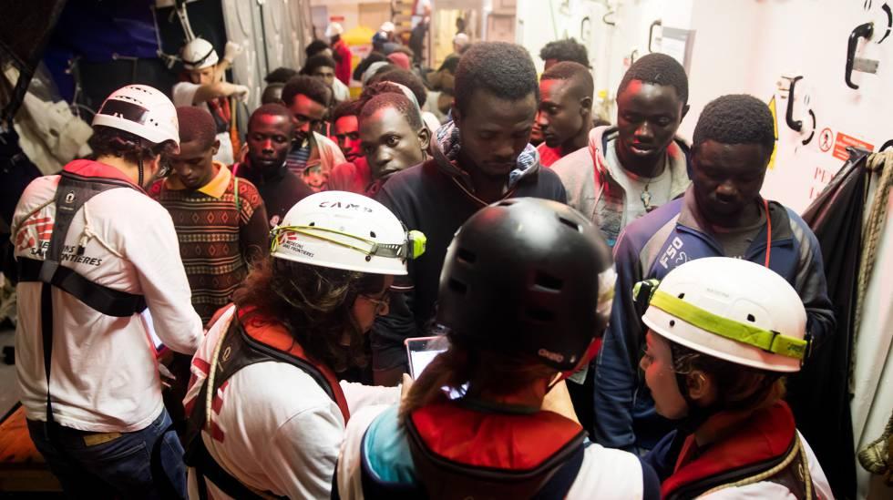 Un grupo de migrantes subsaharianos, nada más ser rescatados por el 'Aquarius', la noche del sábado.