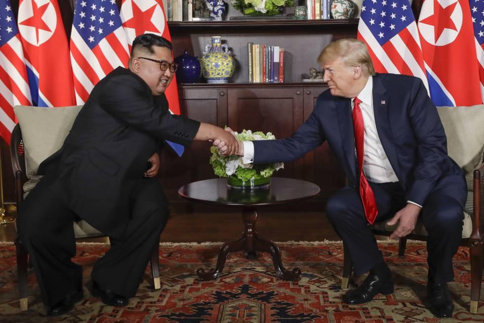 Los presidentes de Korea del Norte, Kim Jong Un y EE UU, Donald Trump, durante la cumbre