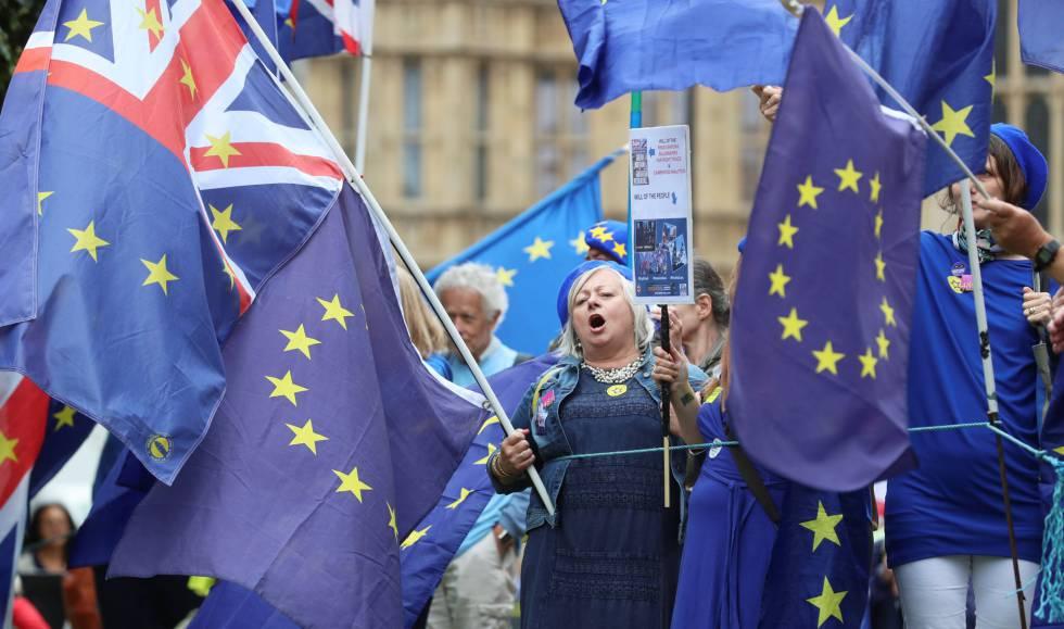 Manifestantes con banderas europeas contra el Brexit frente al Parlamento británico este martes.