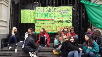Alumnas del Nacional Buenos Aires, frente a las puertas del colegio.