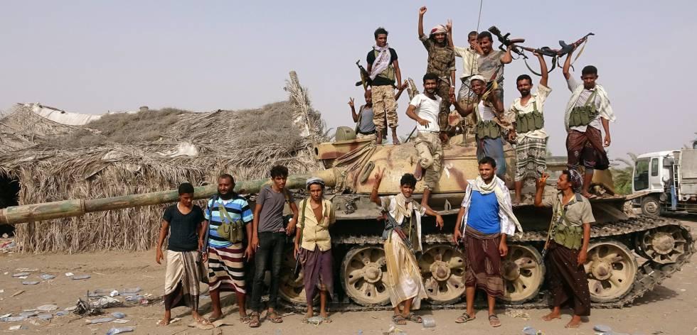 Leales al Gobierno yemení, en un tanque cerca de Hodeida.