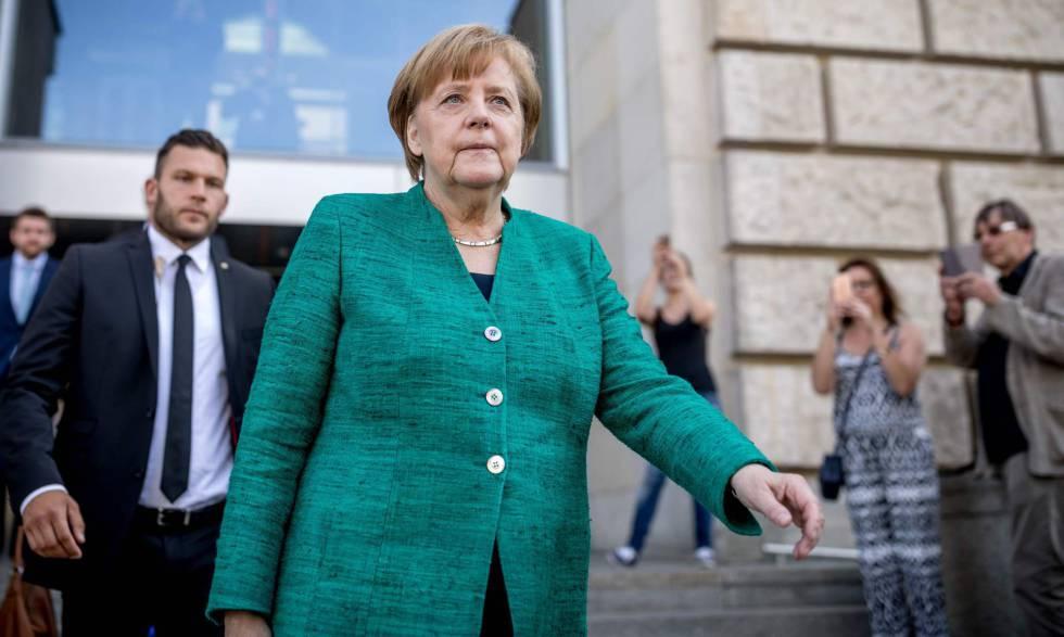 La canciller alemana, Angela Merkel, abandona el Parlamento alemán tras reunirse de urgencia con su partido el jueves.