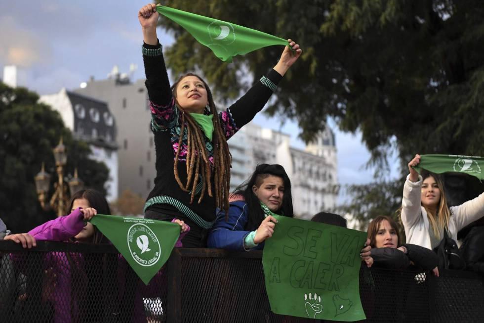 Jóvenes a favor del aborto legal frente al Congreso argentino.