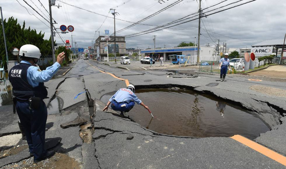Un policía revisa un socavón causado por el terremoto en Takatsuki, al norte de Osaka, este mañana.