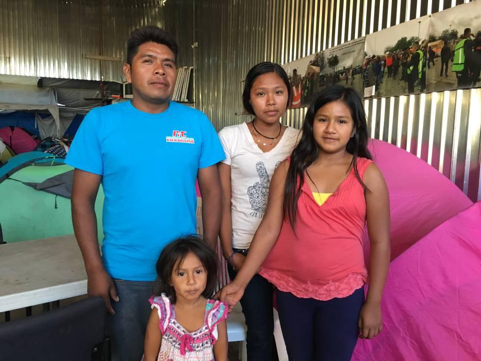 Humberto Solán y sus tres hijas, el lunes en Tijuana.