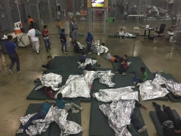 Niños inmigrantes en un centro de detención en McAllen (Texas) en una fotografía difundida el 17 de junio por la policía fronteriza