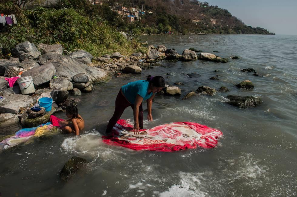 Una mujer lava su ropa en las aguas del lago de Chapala.