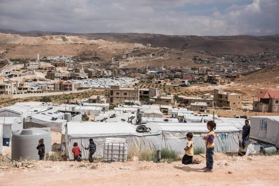 Varios niños sirios juegan en un asentamiento informal de la localidad libanesa de Arsal el pasado miércoles