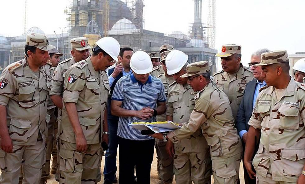 El presidente egipcio Al Sisi, visitando las obras de la nueva capital.