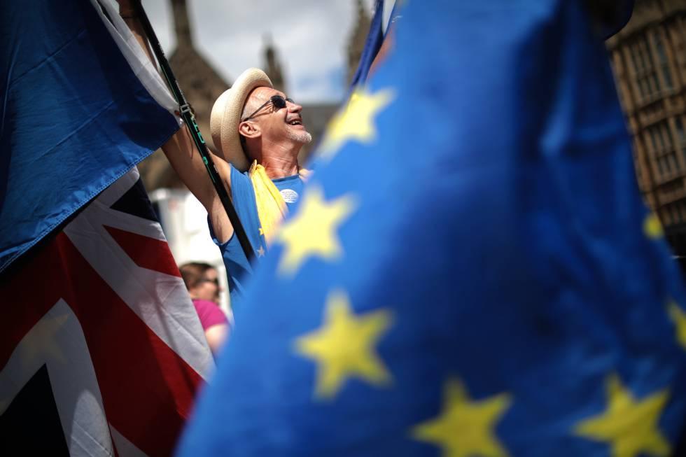 Manifestantes en contra de la salida de Reino Unido de la UE a las afueras del Parlamento británico, este miércoles en Londres.