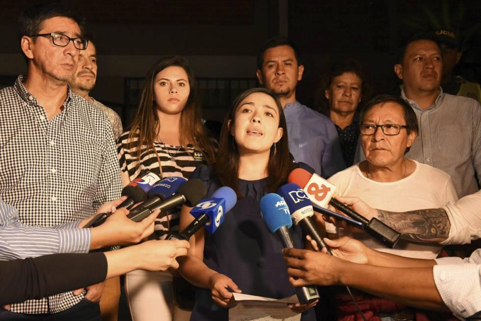 Yadira Aguagallo,la esposa del fotoperiodista Raúl Rivas, habla a los medios este viernes.