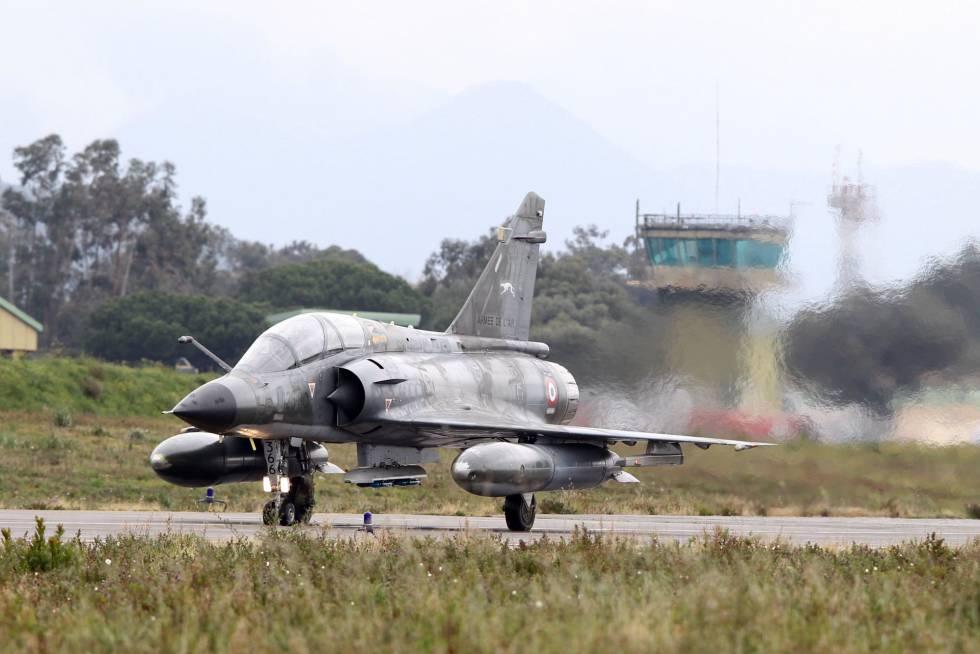 Un caza francés Mirage 2000 prepara su despegue en la base de Solenzara, en la isla de Córcega