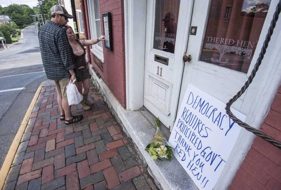 """""""La democracia requiere de un Gobierno con principios. Gracias Red Hen"""", reza un cartel, el sábado, en la puerta del restaurante de Lexington"""