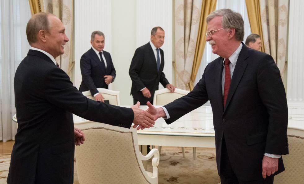 Vladímir Putin y John Bolton este miércoles en Moscú.
