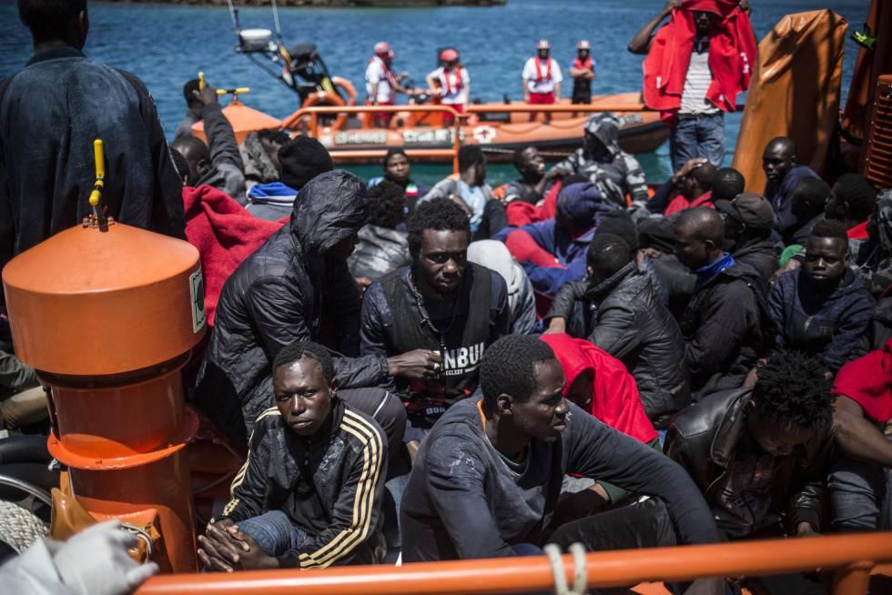 Un grupo de migrantes, a su llegada este viernes a las costas de Tarifa, España.