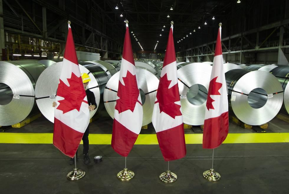 Banderas de Canadá frente a rollos de acero de la empresa Stelco, en Hamilton.