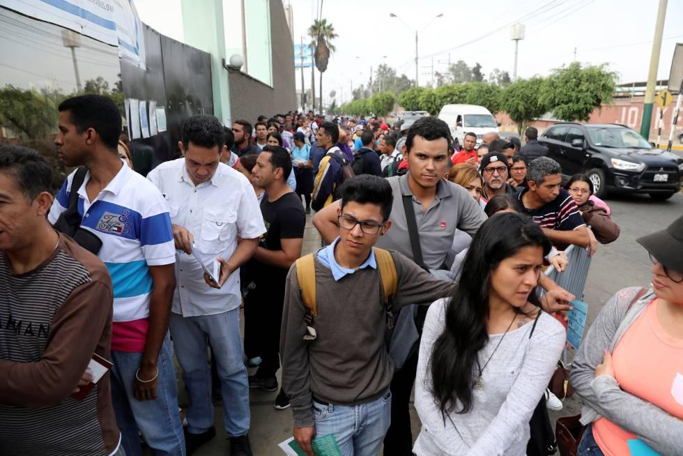47f75f2f43 Venezolanos hacen fila para realizar sus trámites migratorios en Perú.