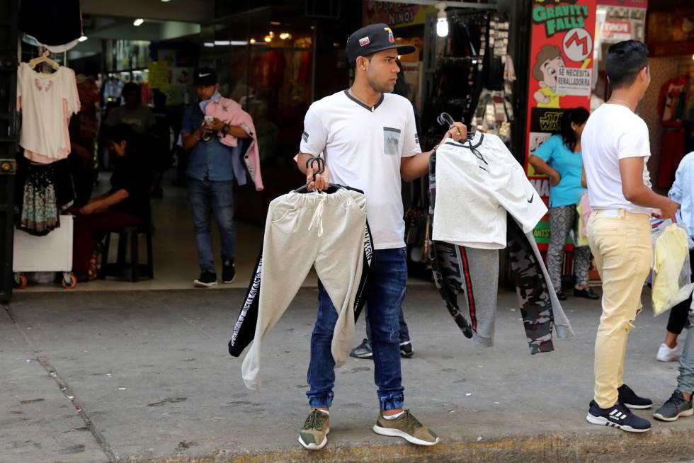 Un inmigrante venezolano vende ropa en Lima.