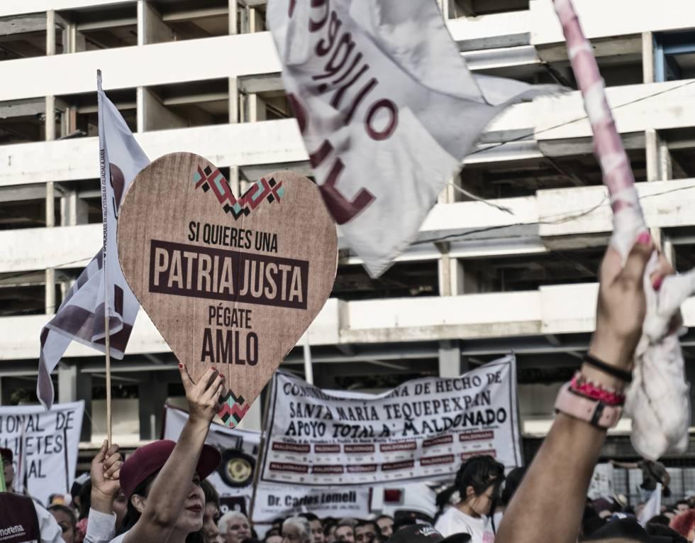 Los asistentes al cierre de campaña en Jalisco gritan consignas de apoyo.