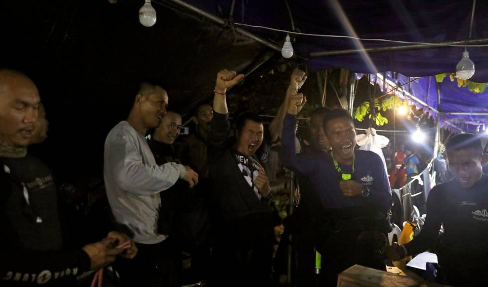 Miembros del equipo de rescate celebran este lunes el hallazgo con vida de los 13 desaparecidos en una cueva en Tailandia.