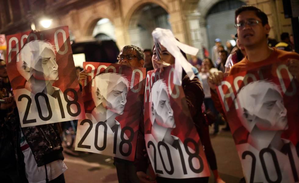 Apoiadores de López Obrador festejam a vitória.