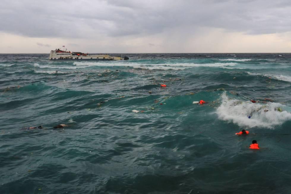 Varias Victimas Del Naufragio De Una Embarcacion Esperan Ser Rescatadas En Indonesia