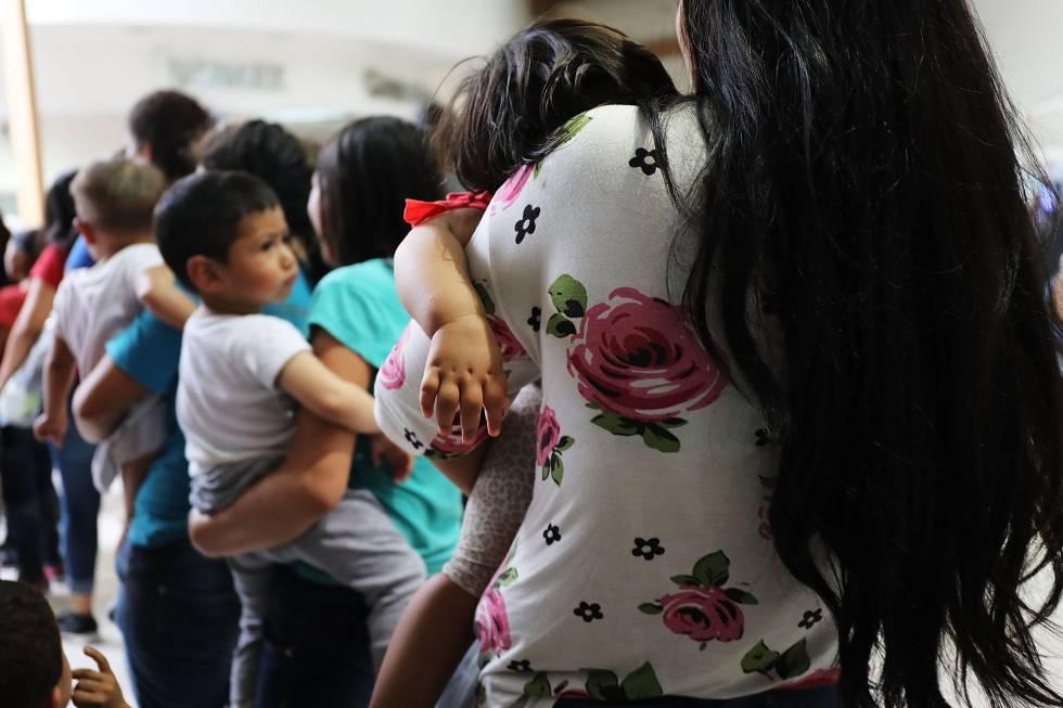 Mujeres inmigrantes con sus hijos, a finales de junio en McAllen (Texas)