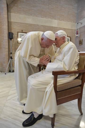 O papa Francisco cumprimenta seu predecessor, Bento XVI, no dia 28 de junho.