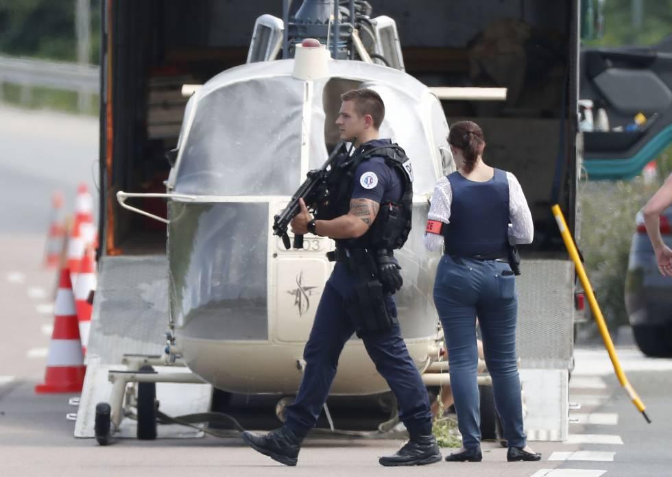Policías custodian el helicóptero usado para la evasión de Redoine Faïd