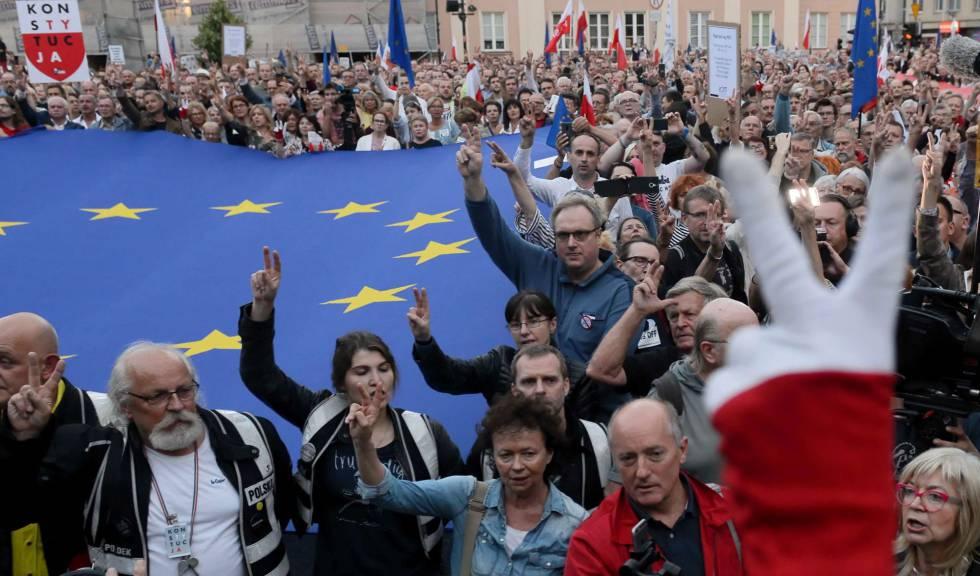 Decenas de polacos protestan contra de la reforma judicial, frente a la sede del Supremo en Varsovia.