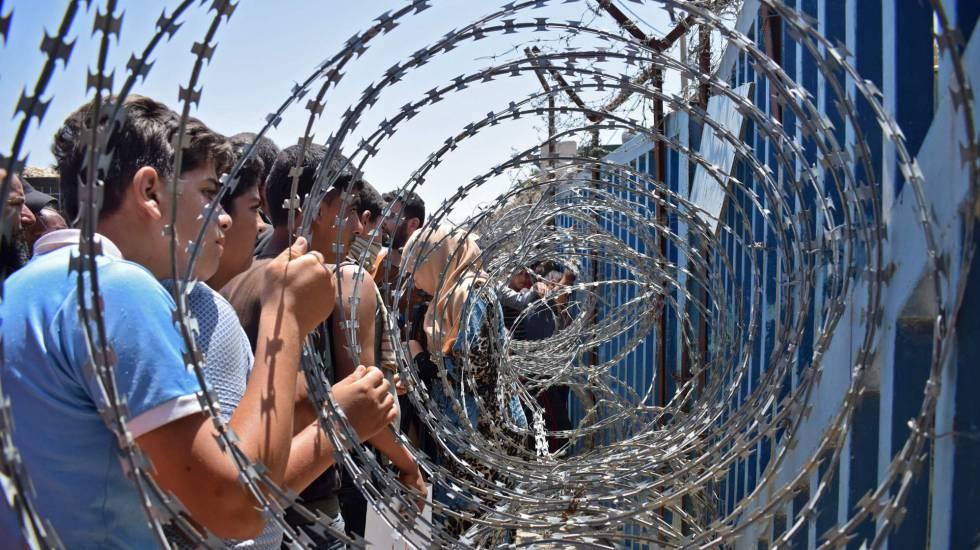 Desplazados por la guerra en Siria, ante alambradas de la frontera de Golán ocupado por Israel.