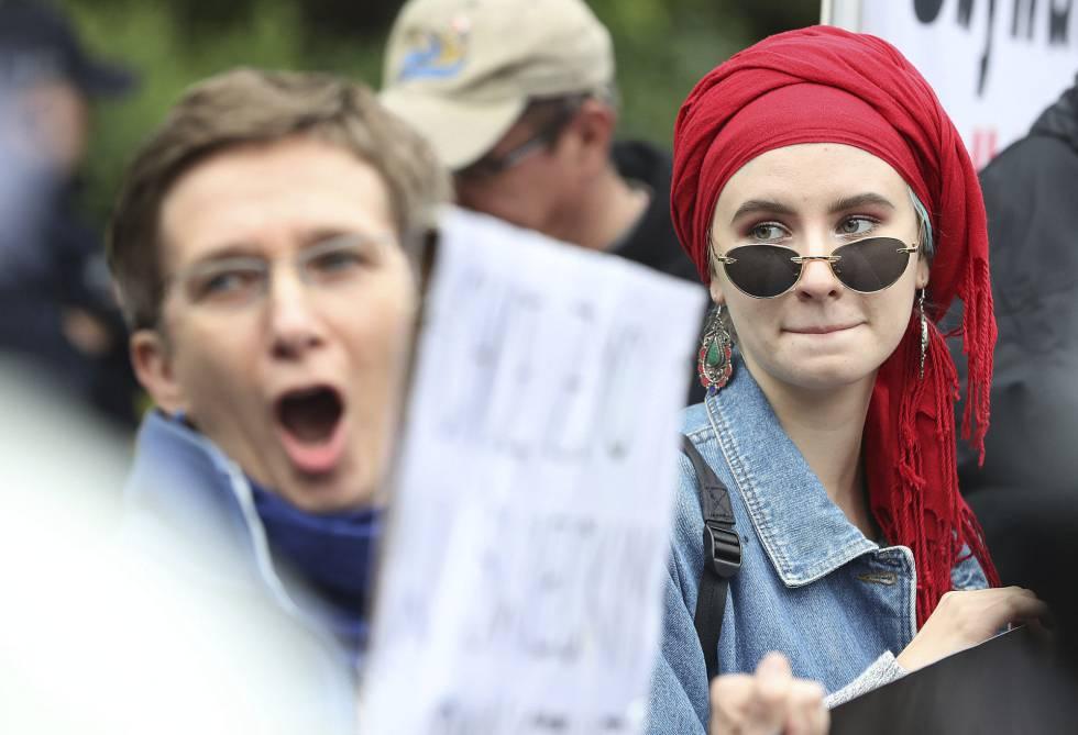 Grupos de mujeres se manifiestan contra las políticas restrictivas del Gobierno en derechos reproductivos, el 2 de julio en Varsovia.