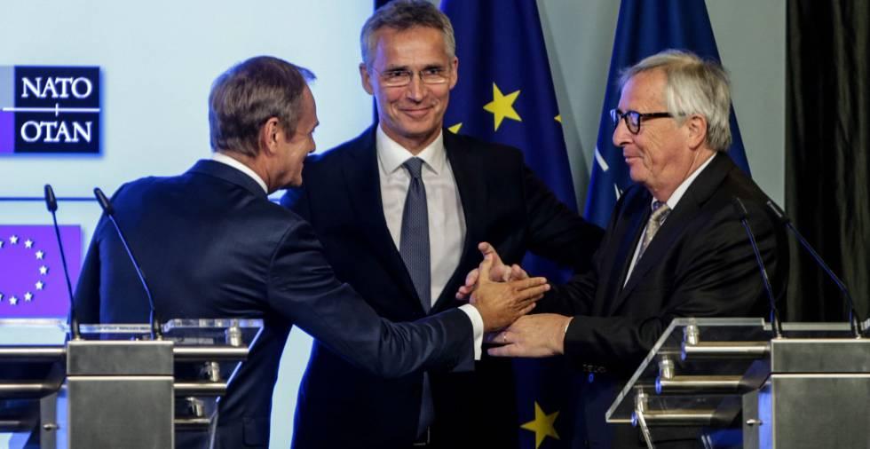De izquierda a derecha, Donald Tusk, Jens Stoltenberg y Jean-Claude Juncker, tras la firma de la declaración conjunta.