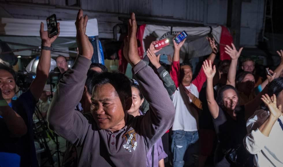 Familiares y conocidos de los niños rescatados celebran el éxito de la operación.