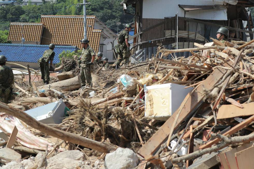 Los equipos de rescate en Hiroshima.
