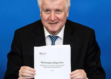 El ministro del Interior alemán desafía a sus socios de Gobierno con un nuevo plan migratorio