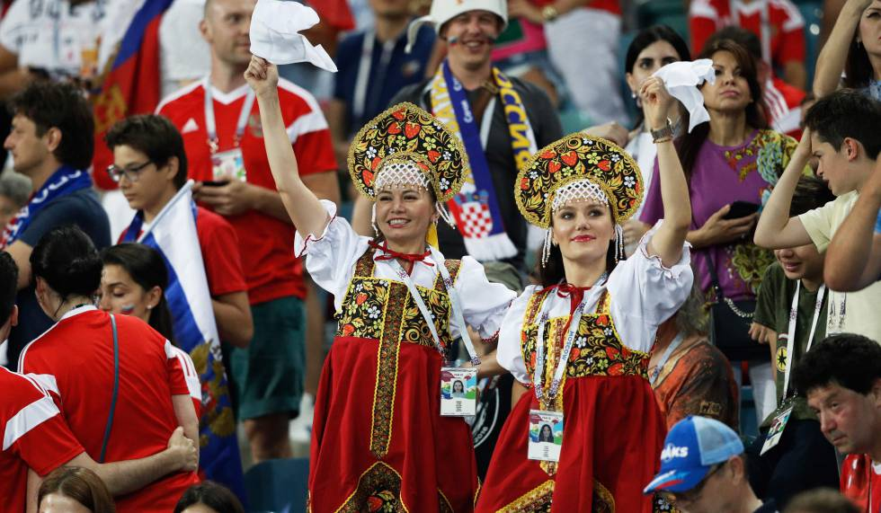 ¿Rusos con diadema? Cómo el 'kokóshnik', una prenda tradicional femenina, se convirtió en icono del Mundial