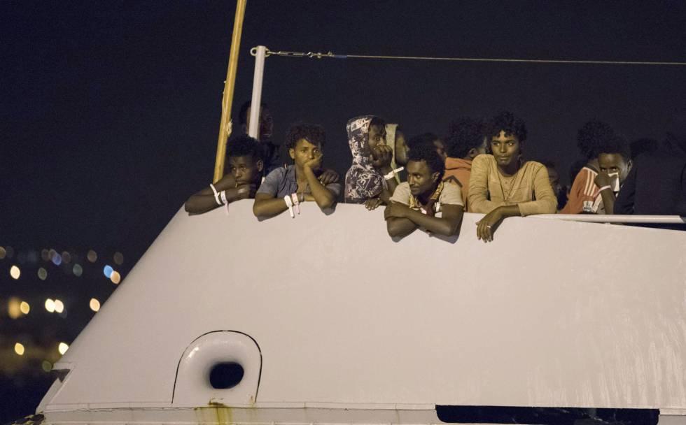 Un grupo de migrantes a bordo de una nave de Frontex a punto de atracar en Pozzallo (Sicilia).