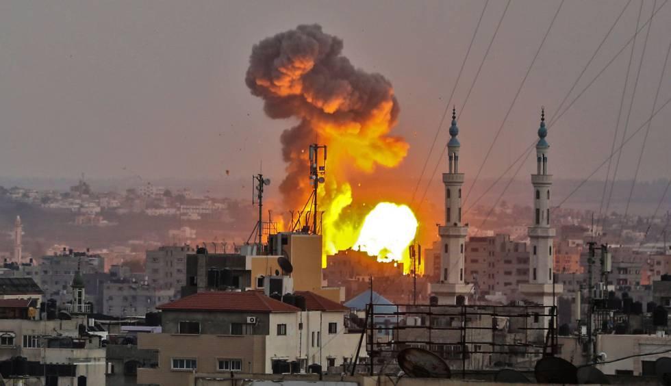 Una explosión en Gaza durante un bombardeo israelí este viernes.