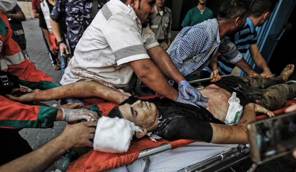Servicios sanitarios trasladan a un manifestante palestino a un hospital en Gaza este viernes.