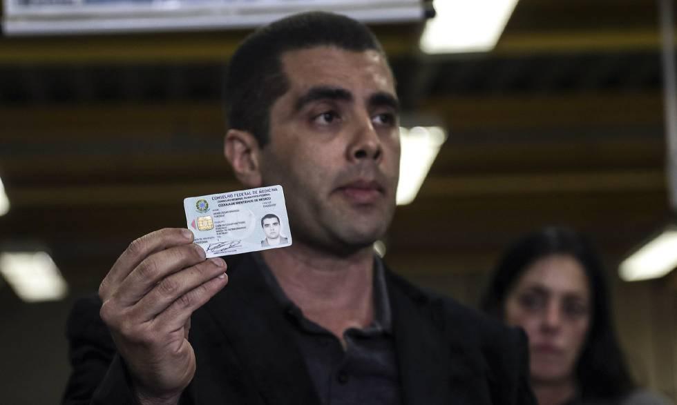 Denis Furtado muestra su licencia de médico del Consejo Regional de Medicina este jueves.