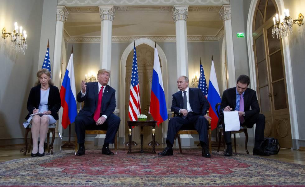 Donald Trump y Vladímir Putin, en la cumbre de Helsinki flanqueados por los traductores.