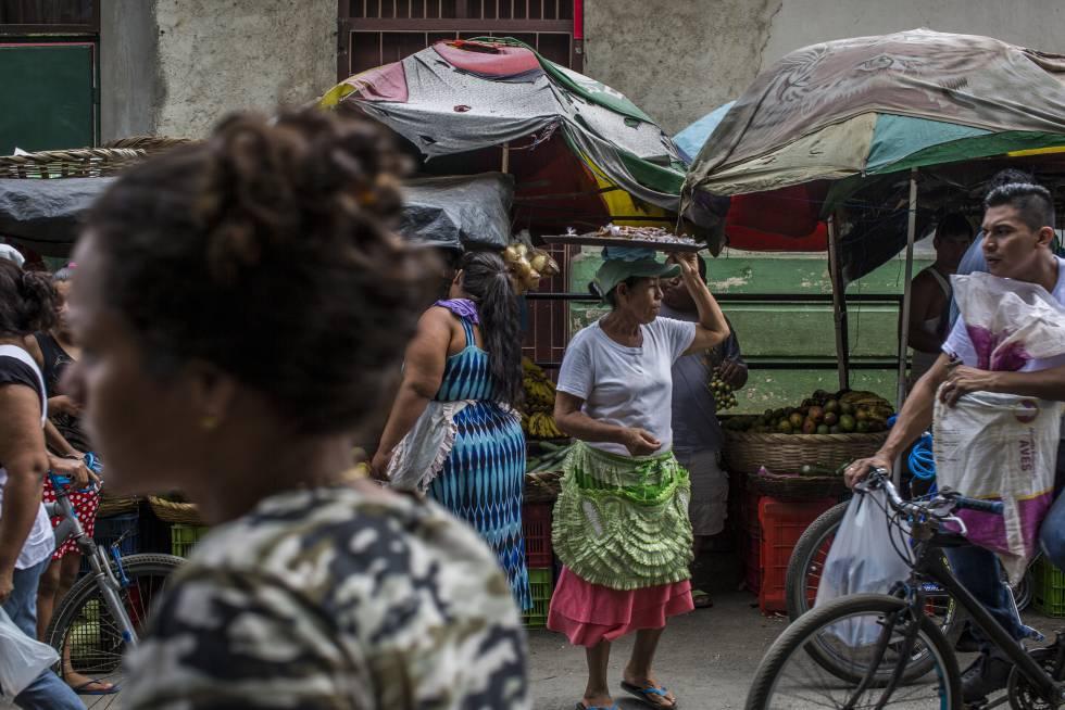 Una mujer vende dulces en un mercado en la ciudad de León, la capital turística del país y clave para el sandinismo en los años ochenta.