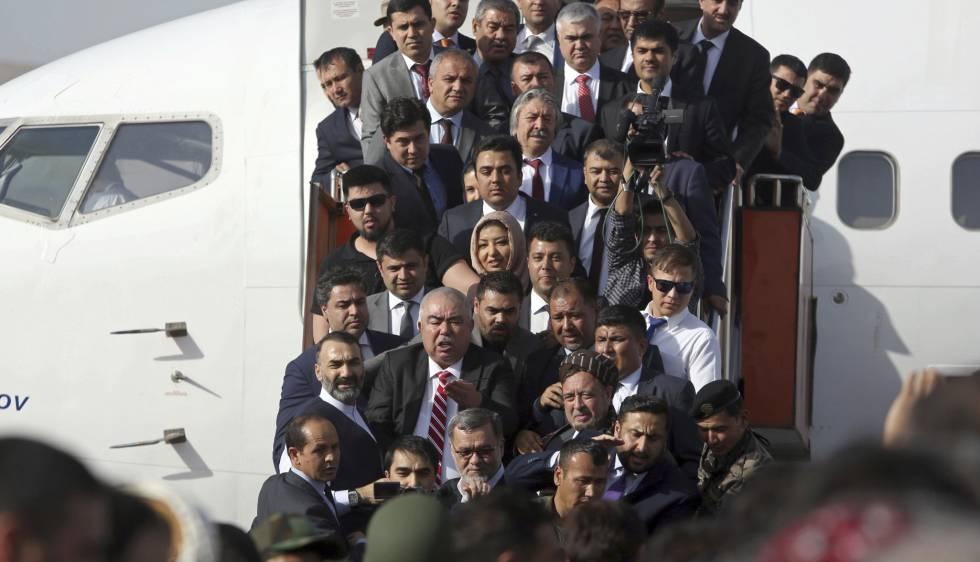 Momento de la llegada de Dostum a Kabul (en el centro, con corbata de rayas blancas y rojas), este sábado.